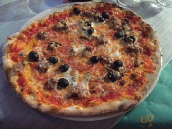 Pizza met worst, funghi porcini en zwarte olijven