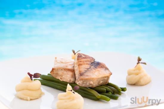Filetto di pesce spada su facioline croccante