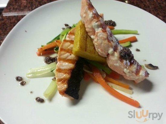 il salmone alla griglia, con verdure julienne e il pesto di olice