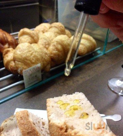 Pane alle mandorle impastato rigorosamente con lievito madre e impreziosito con gocce di olio ex