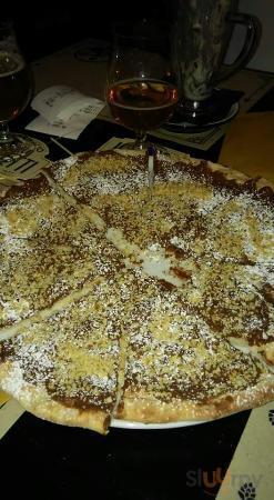 Pizza alla nutella e granella di nocciole.. Una delizia per il palato..