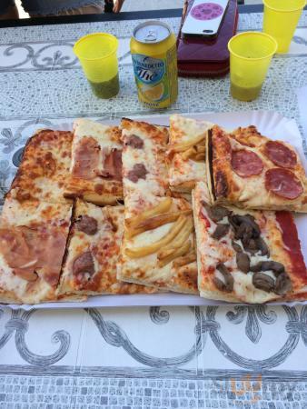 Alcune lingue di suocera e pizzette farcite