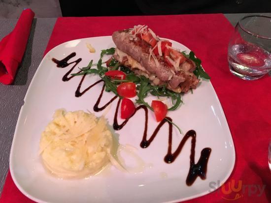 Salsiccia ripiena di provola, funghi e patate guarnita da pomodorini e crema di patate (fredda)