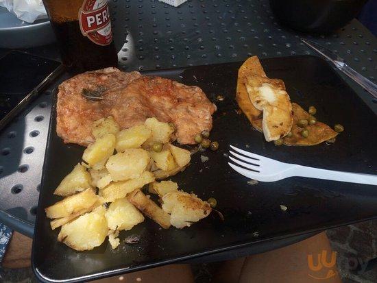 Piatto misto di verdure e patatine e wuster per mio figlio