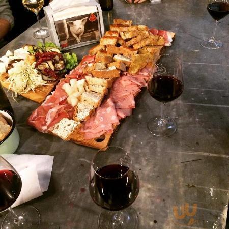 Mega tagliere con salumi, formaggi, bruschette e verdure, accompagnato da ottimo vino!
