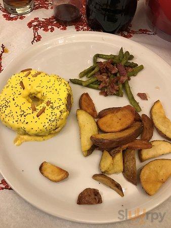 Il secondo del cenone: hamburger con salsa allo zafferano, patate rusiche e asparagi (tutto otti