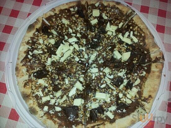 pizza alla nutella con scaglie di cioccolato fondente e bianco e granella di nocciola!\r\n