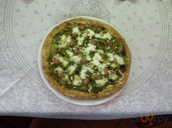 La pizza Shrek (pesto,pinoli,salsiccia)