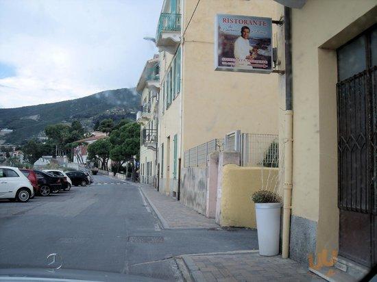 Lungomare, rechts in der Gasse liegt das Restaurant