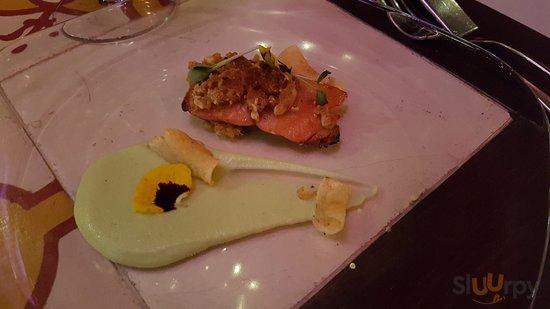 Salmone selvaggio marinato nel misoshiro, crema di edamame, topinambur e mandorle