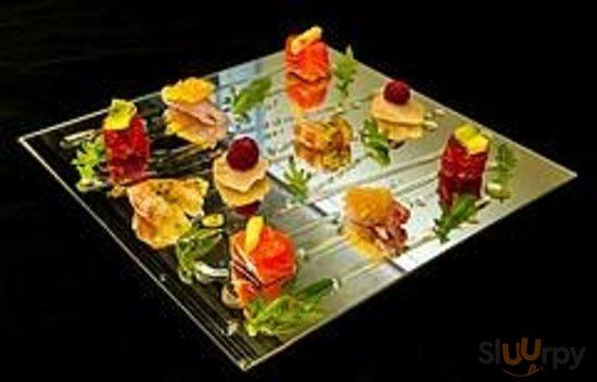 Pesce crudo con frutta fresca