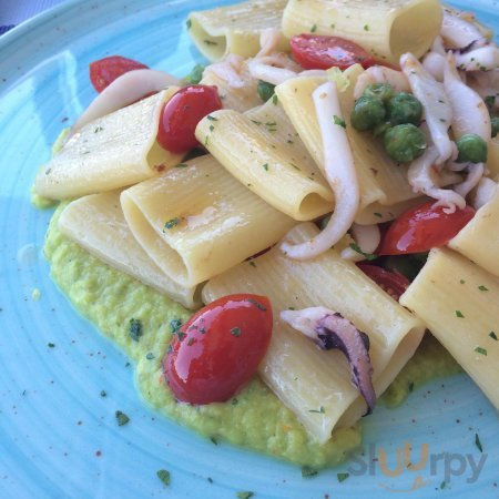 Mezzi Paccheri con Julienne di Calamari, Pomodorini confit e piselli
