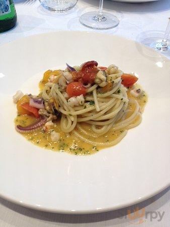 Spaghetto misto mare con polpa cruda di ricci