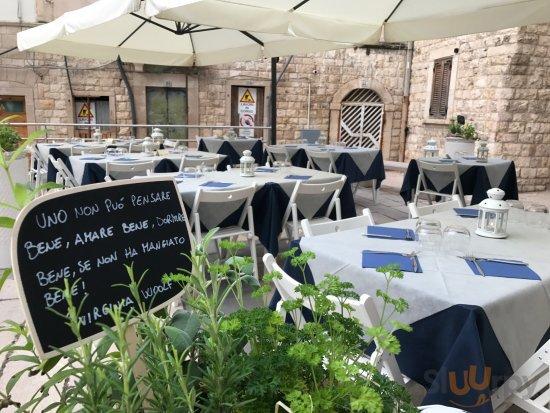 Piazzetta all'aperto per delle fresche serate d'estate nel centro storico di Molfetta.