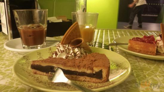 Torta del nonno (primo piano)  Cheesecake ai frutti di bosco (secondo piano) Caffè in ghiaccio c