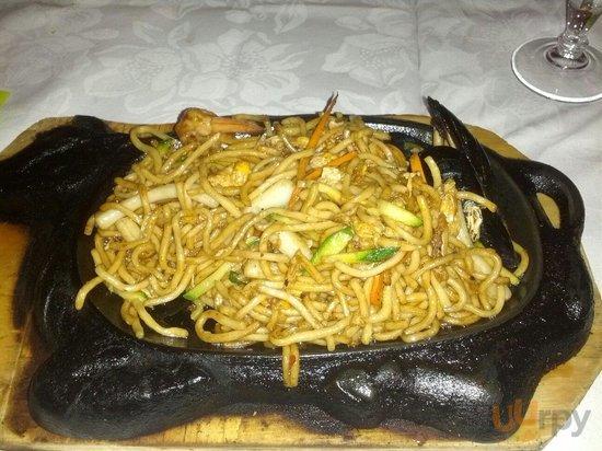 Spaghetti alla piastra con frutti di mare