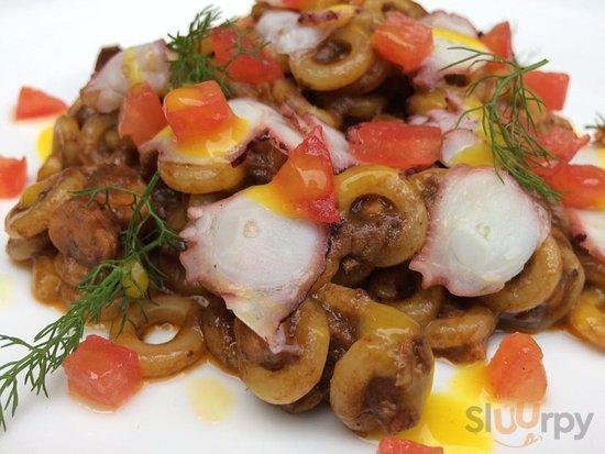 Anelletti siciliani al ragù di polpo al nero d'Avolae finocchietto selvatico.