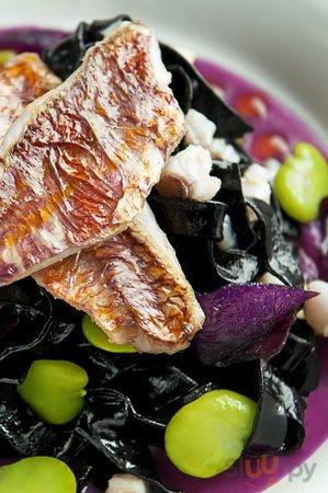 Tagliolini neri alle triglie, zenzero e salsa di cipolla rossa