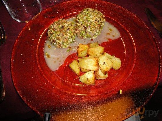 filetto di maialino nero in crosta di pistacchi, manna e mandorle con salsa di mela vede
