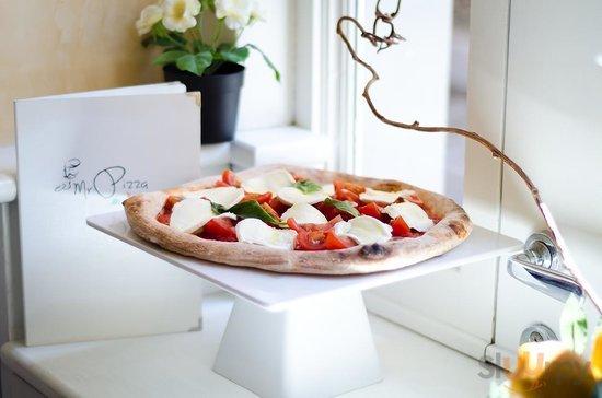 La nostra Pizza Caprese: impasto lievitato 24H,condito a crudo con Pomodoro Fresco e Bufala DOP!
