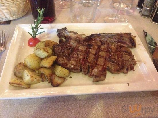 Bistecca alla fiorentina (costola) da 500gr circa con patate al forno. Ottima!