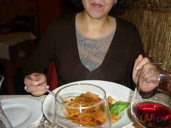 Mi señora disfrutando los deliciosos spaghetti.