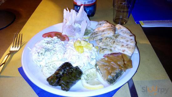 Piatto unico per pranzo con pita, tzatziki e feta