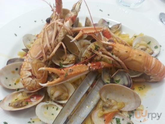 Scialatielli ai frutti di mare (vongole, due scampi, pomodorini e prezzemolo)