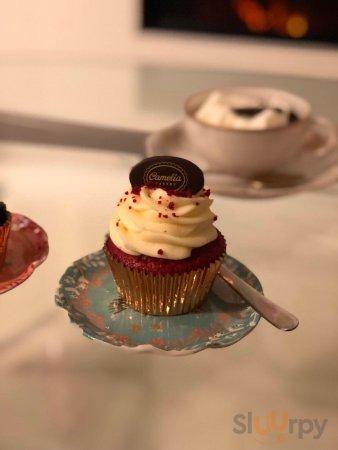 Red velvet hot chocolate, cupcake red velvet, cupcake al cioccolato e granella di pistacchio