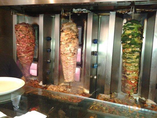 Kebab di manzo, pollo, verdure. Il venerd\u00ec anche di pesce.