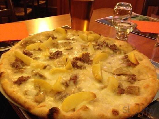 pizza mozzarella di bufala, porcini , salsiccia , patate e grana\r\n