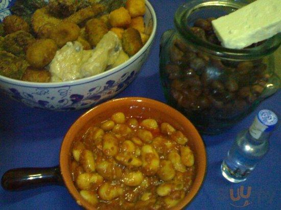 Keftedakia, dolmadakia, gigantes, feta e olive kalamata