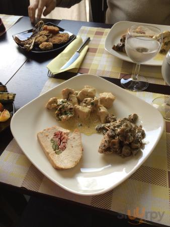 Arrosto con asparagi, involtini ai funghi freschi, bocconcini di pollo con sughetto di senape e