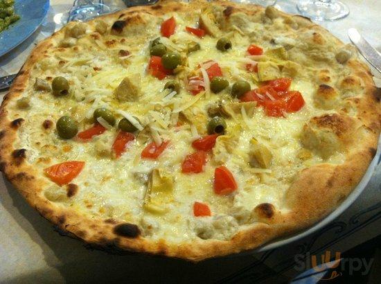Artichoke, olive and tomato pizza