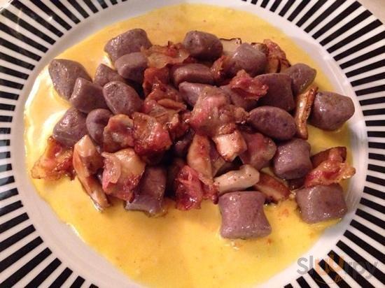gnocchi di patate viola con pancetta e porcini su fonduta