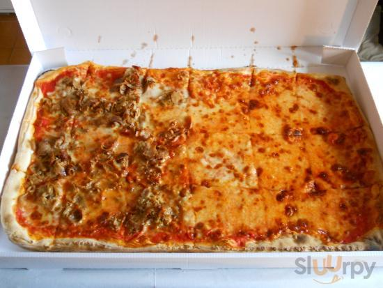 Mezzo Metro di Pizza a due gusti: Margherita e Parmigiana