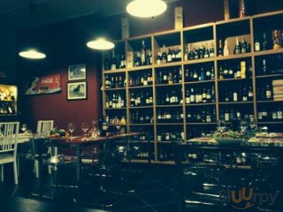 la parete di destra con l'ampia selezione di vini