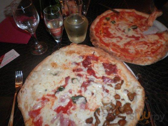 Quattro Staggione and Margarita pizzas.