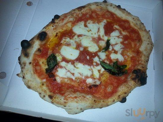 La vera pizza napoletana,  che s scioglie in bocca e lo  stomaco appaga! ;)