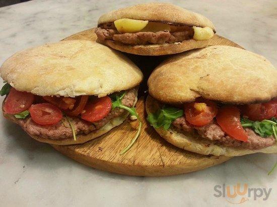 Puccia con Hamburger: 100% carne italiana,  130 gr. di bont\u00e0 racchiuse in una puccia