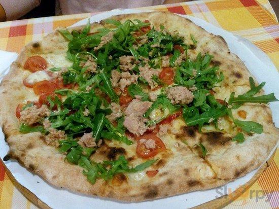 Pizza with mozzarella, tuna, rucola, pomodoro