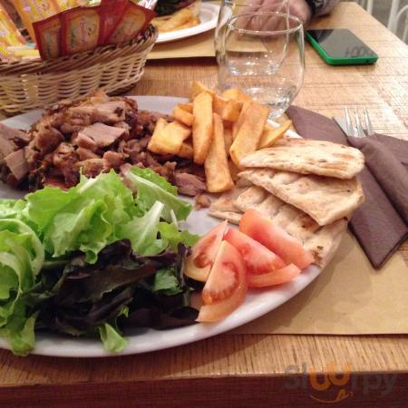Gyros al piatto: carne di agnello, insalata, pomodori, patate, pita, tzatziki e salsa piccante.