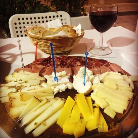 D\u00e9gustation de produits locaux, fromages, charcuteries et vin.