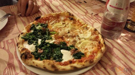Pizza met\u00e0 Friarielli met\u00e0 Siciliana (tonno, cipolla)