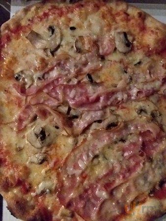 """Pizza \""""Marcantonio\"""" con pomodoro,mozzarella,pancetta,funghi freschi, grana, buona!"""