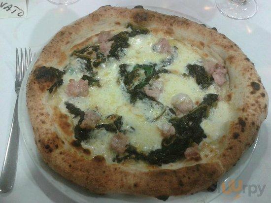 pizza con provola, salsiccia e friarielli\r\n
