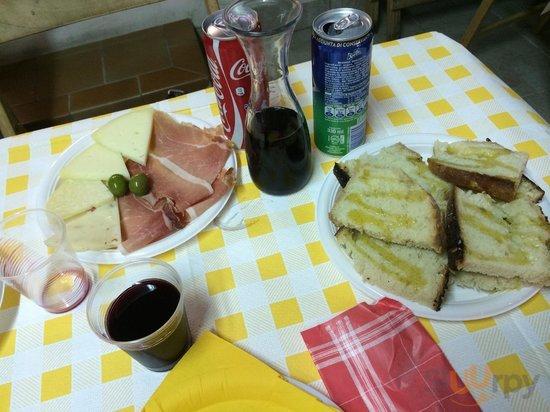 Antipasto di formaggi e salumi e pane con l'olio