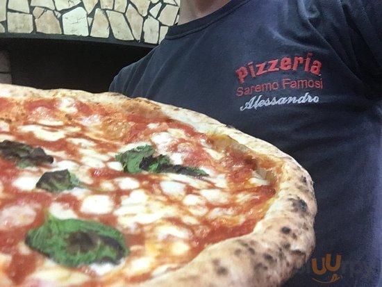 Pizzeria molto accogliente ci troviamo a due passi dal centro zona Selcione facciamo un ottima p