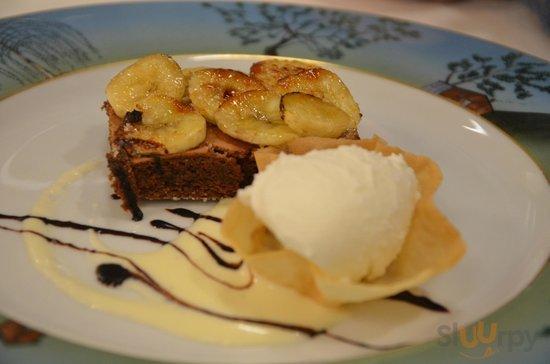 tortino al cioccolato con banane caramellate e gelato al cocco
