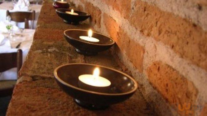 fila di candele accese per creare un po'di magia